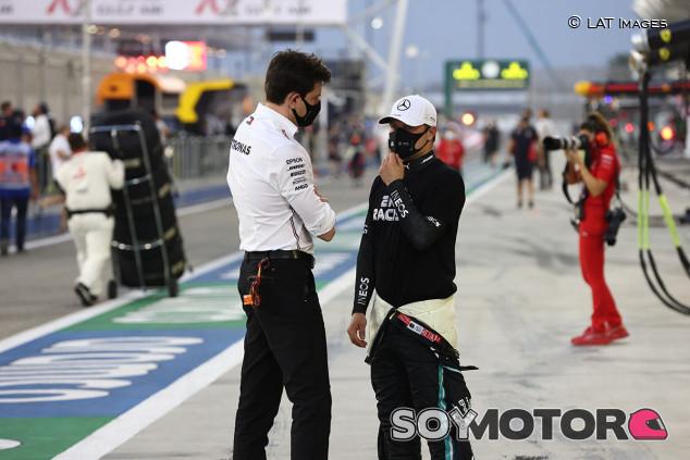 Bottas apunta a un problema de chasis por su falta de ritmo en Bakú y Wolff lo niega - SoyMotor.com