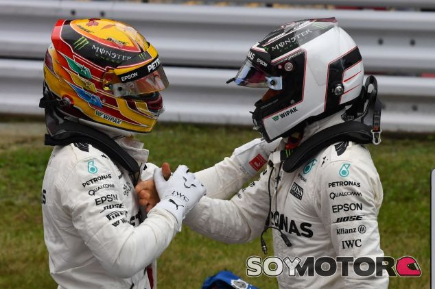 Lewis Hamilton (izq.) junto a Valtteri Bottas (der.) – SoyMotor.com
