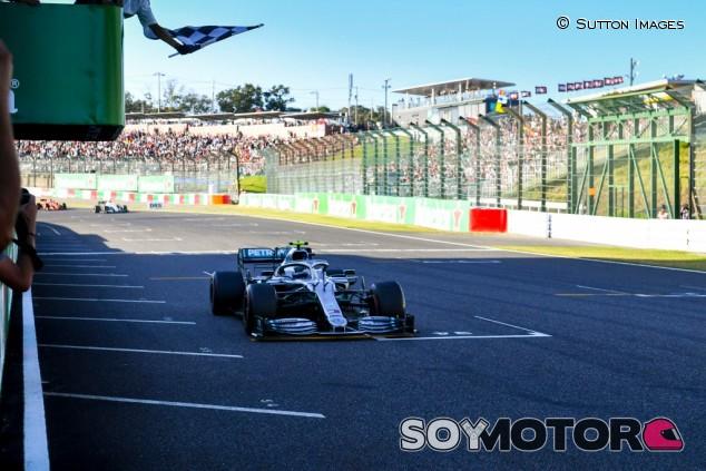 La F1 regresa a la bandera a cuadros física para acabar las carreras  - SoyMotor.com