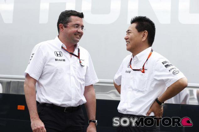 Eric Boullier y Arai riéndose - LaF1.es