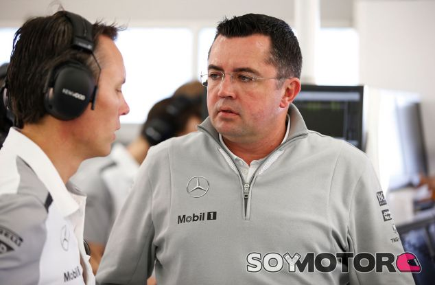 Eric Boullier conversando con Sam Michael en el box de McLaren - LaF1