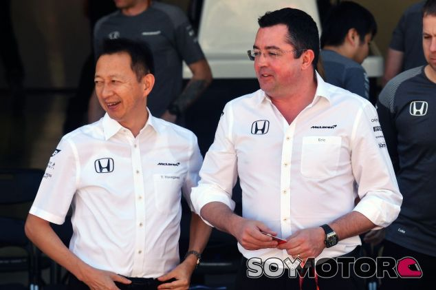 Eric Boullier (der.) junto a Yusuke Hasegawa (izq.) – SoyMotor.com