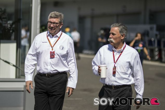 Ross Brawn y Chase Carey durante un GP esta temporada - SoyMotor.com