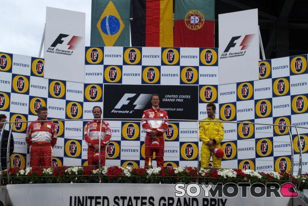 Imagen del controvertido podio de EEUU 2005 con Ross Brawn al lado de los pilotos de Ferrari - LaF1