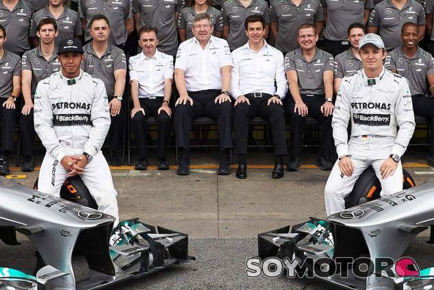 Ross Brawn en la foto de familia de Mercedes - LaF1