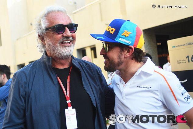 Flavio Briatore y Fernando Alonso en Yas Marina - SoyMotor.com
