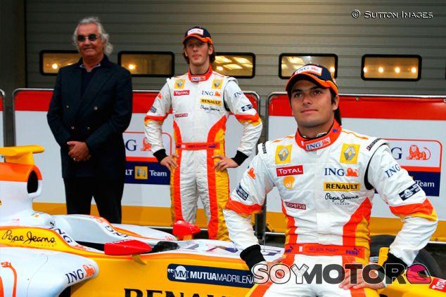 Flavio Briatore, Romain Grosjean y Nelson Piquet Jr. en 2009 - SoyMotor.com