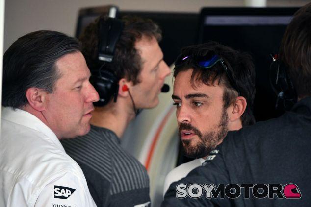 Zak Brown y Alonso durante un Gran Premio en 2017 - SoyMotor.com