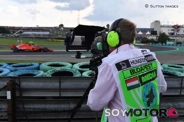 Martin Brundle, con una cámara en el GP de Hungría 2018 - SoyMotor.com