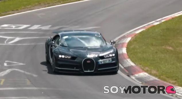 Uno de los Bugatti Chiron durante este test en el 'Infierno Verde' - SoyMotor