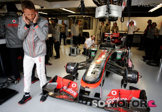 Jenson Button en el interior del box de McLaren