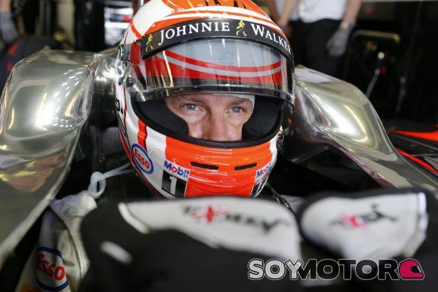 Jenson Button metido en el MP4-30 - LaF1