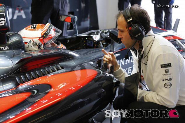 Jenson Button hablando con un ingeniero en el box de McLaren - LaF1