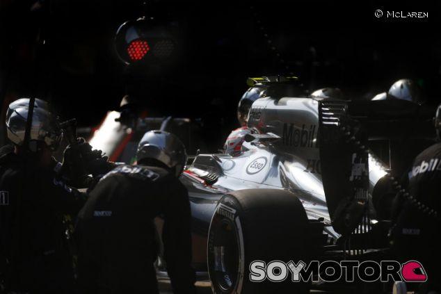 Jenson Button haciendo un pit stop durante el GP de China - LaF1