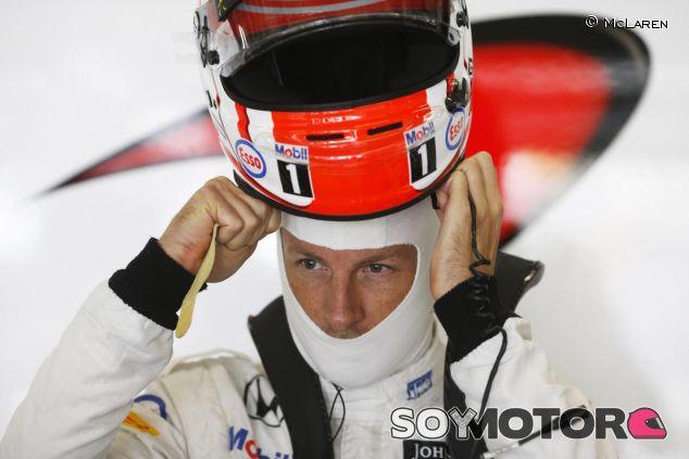 Jenson Button poniéndose el casco - LaF1