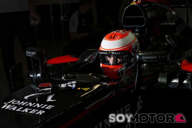 Jenson Button subido en el MP4-30 durante los entrenamientos de Suzuka - LaF1