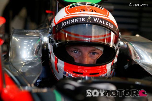 Jenson Button en el box de McLaren en Shanghai - LaF1.es