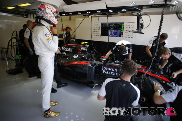 Los mecánicos de McLaren-Honda trabajando en el coche de Jenson Button - LaF1