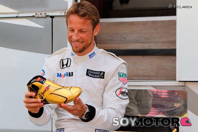 Jenson Button con los botines que lucirá este fin de semana en Hungría - LaF1