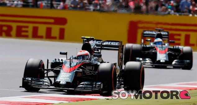 Jenson Button y Fernando Alonso en el pasado Gran Premio de Gran Bretaña - LaF1