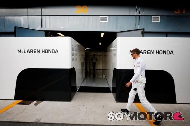 Boullier quiere que Button siga entrando al box de McLaren la próxima temporada - LaF1