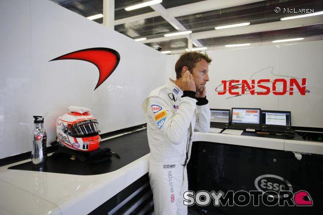 Jenson Button en el box de McLaren en Silverstone - LaF1