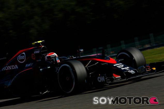 Jenson Button con el McLaren durante los entrenamientos libres de Spa - LaF1