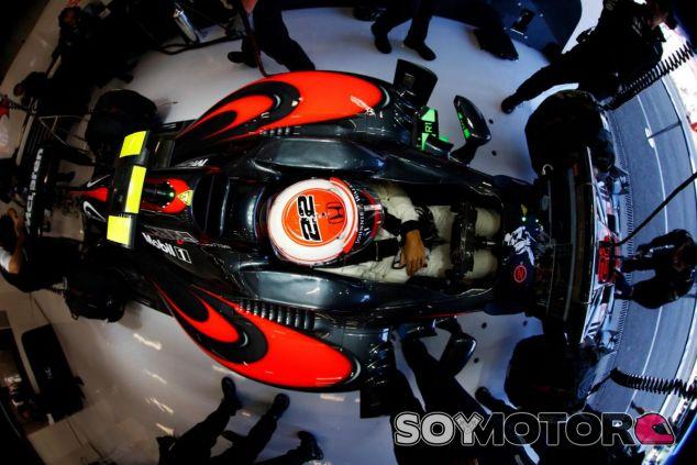 Jenson Button subido en el McLaren durante los libres de Spa - LaF1