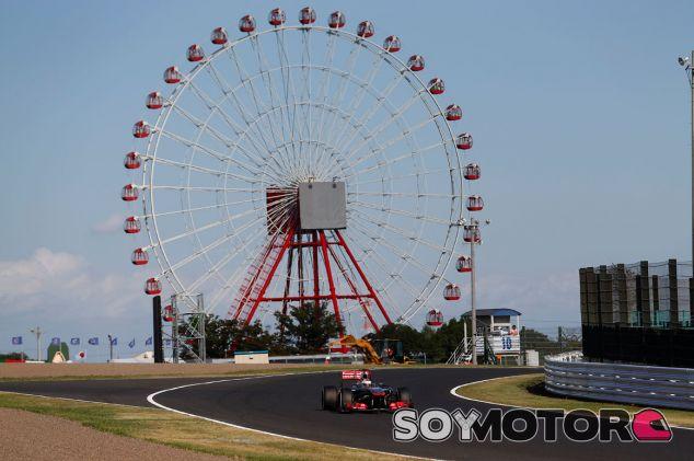 Jenson Button pasa ante la emblemática noria de Suzuka - LaF1