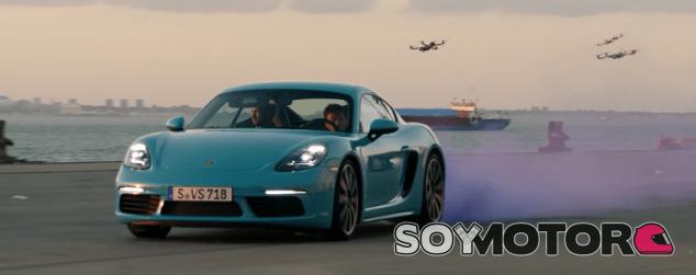 Porsche Cayman S escapando de los drones - SoyMotor.com