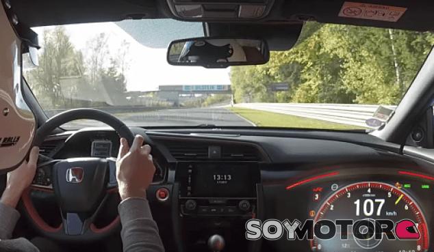 Honda Civic Type R vs Porsche en Nürburgring - SoyMotor.com
