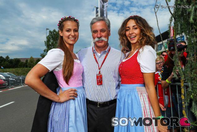 Chase Carey junto a dos azafatas en el GP de Austria 2017 - SoyMotor.com