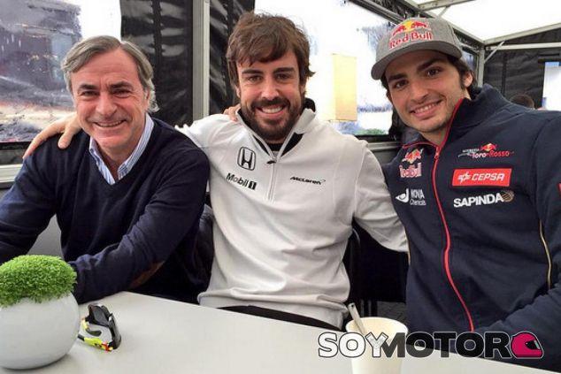Fernando Alonso junto a los 'Sainz' - LaF1.es