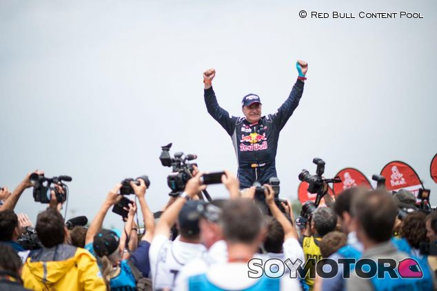 Carlos Sainz festeja su triunfo en el Rally Dakar - SoyMotor