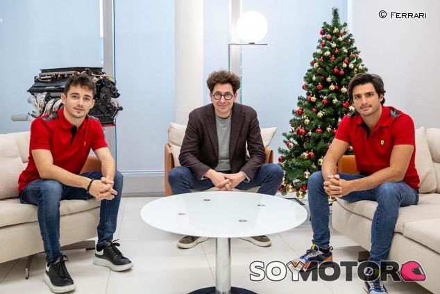 Charles Leclerc, Mattia Binotto y Carlos Sainz este viernes en Maranello - SoyMotor.com