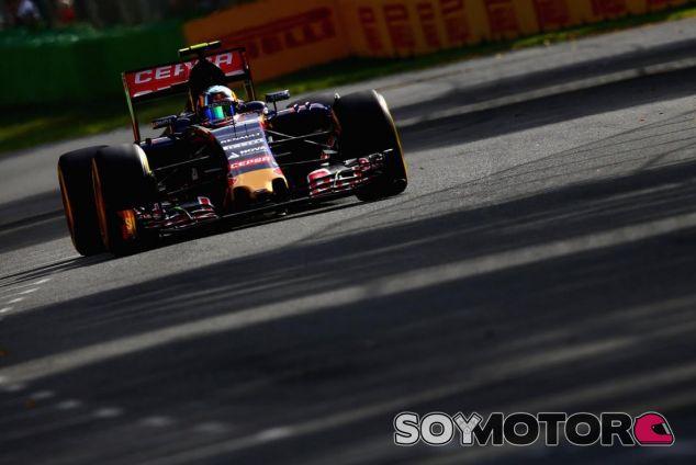 Carlos Sainz Jr. rodando con el STR 10 de Toro Rosso en Australia - LaF1.es