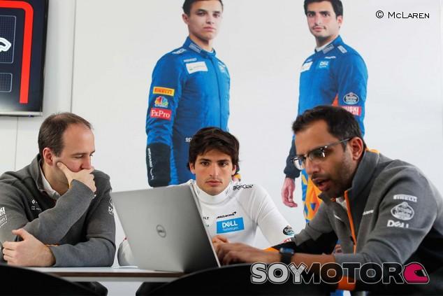 Carlos Sainz trabaja con sus ingenieros en Australia - SoyMotor