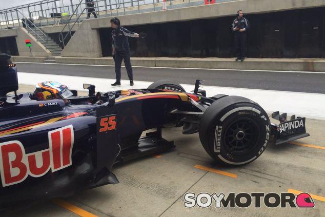 Carlos Sainz sale del box en Silverstone - LaF1