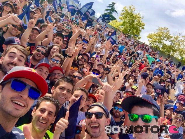 Sainz visitó a los aficionados en su grada (curva 12) al término de la clasificación - LaF1