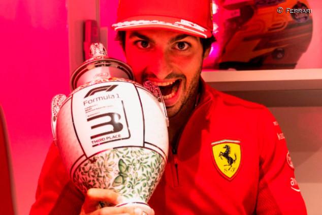 Carlos Sainz ya tiene en sus manos el trofeo del GP de Hungría - SoyMotor.com