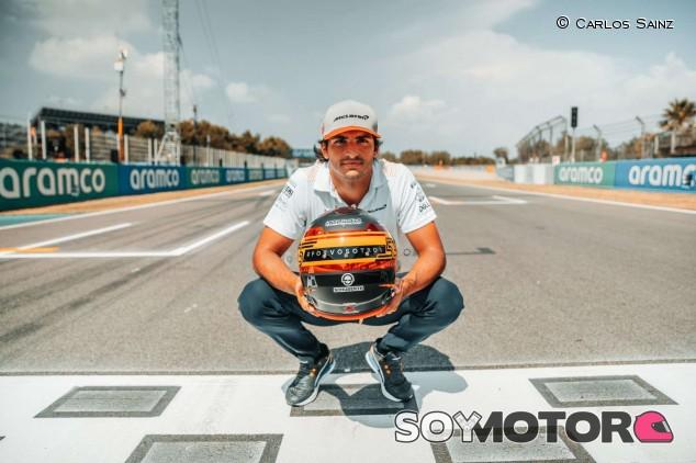 Sainz lleva a los afectados de la covid-19 en su casco especial para España - SoyMotor.com