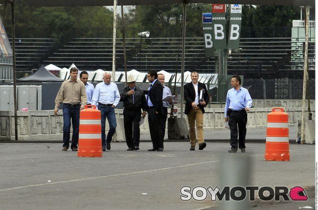Charlie Whiting durante la inspección del Autódromo Hermanos Rodríguez - LaF1