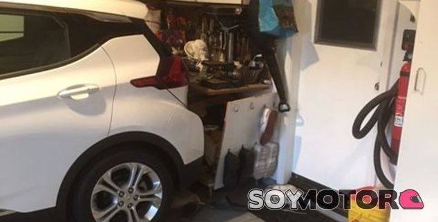 Su Chevrolet Bolt arranca solo y tiene un accidente en su garaje - SoyMotor.com
