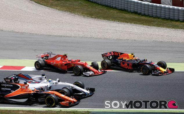 Kimi Räikkönen y Max Verstappen regresan a pista después de su toque en el momento que Fernando Alonso se toca con Felipe Massa – SoyMotor.com