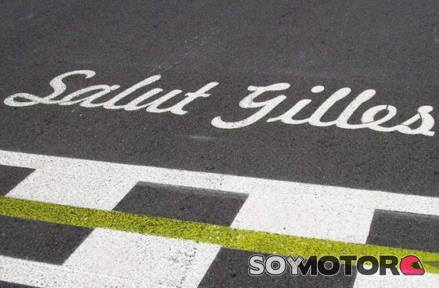 Inscripción en la línea de meta que rememora a Gilles Vileneuve - LaF1.es