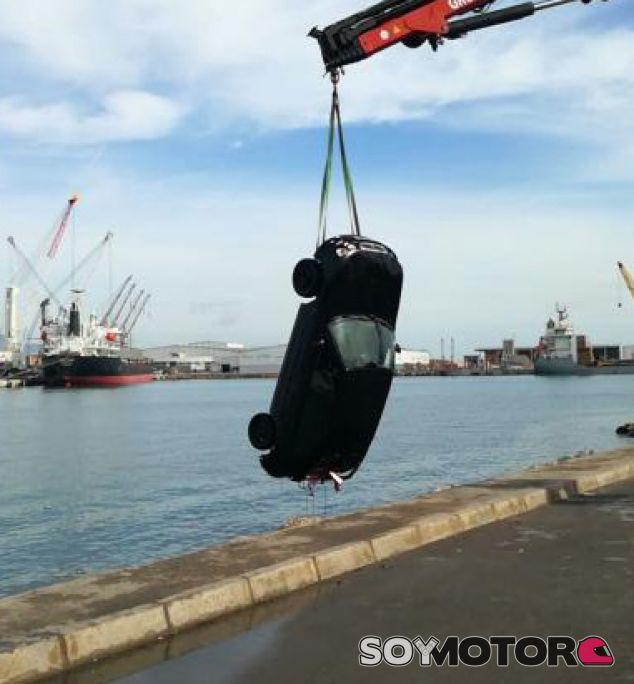 Rescate del coche hundido en el puerto de Castellón - SoyMotor.com