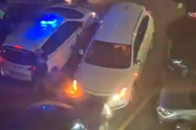 Un conductor arrinconado intenta escapar de la Policía a embestidas - SoyMotor.com