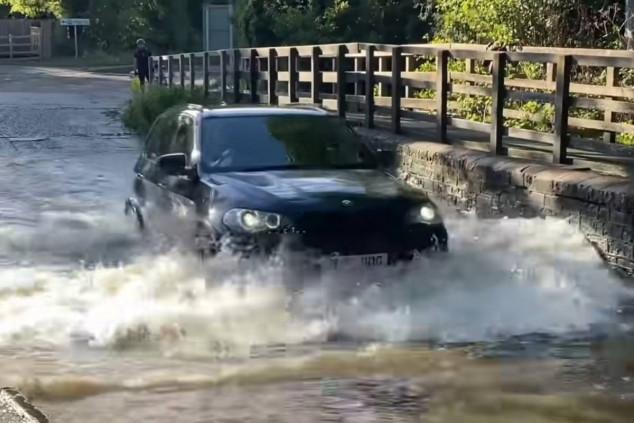 ¿Te atreverías a cruzar con tu coche este río?