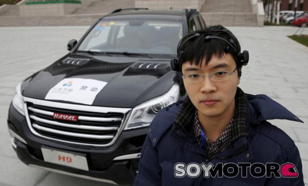 Uno de los investigadores posa con el Haval H9 'mental' - SoyMotor