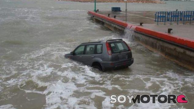 El vehículo protagonista tragado por el mar - SoyMotor